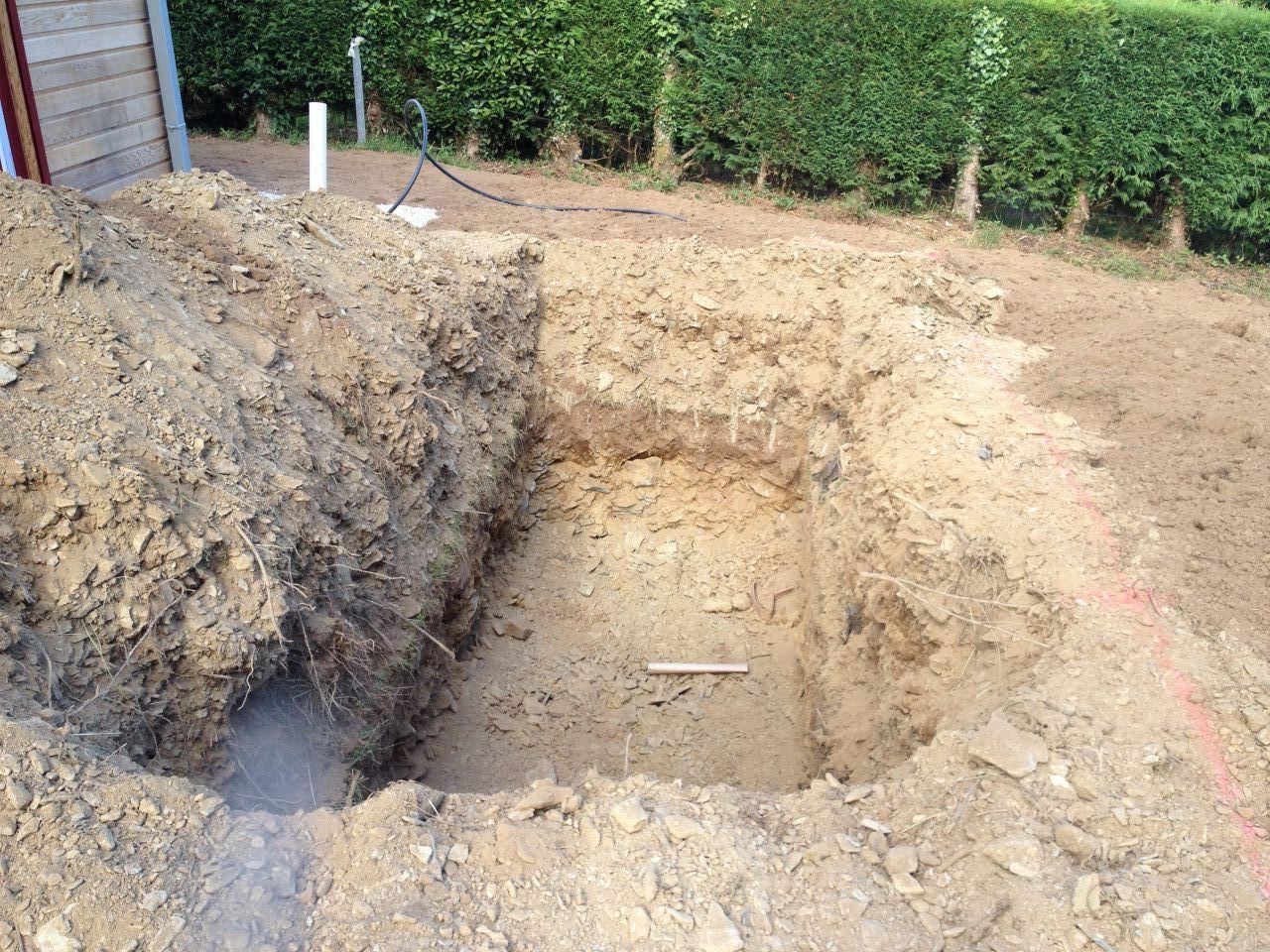 photo le trou sous la terrasse qui recevra une cuve de 5000 litres pour l 39 eau de pluie autres. Black Bedroom Furniture Sets. Home Design Ideas