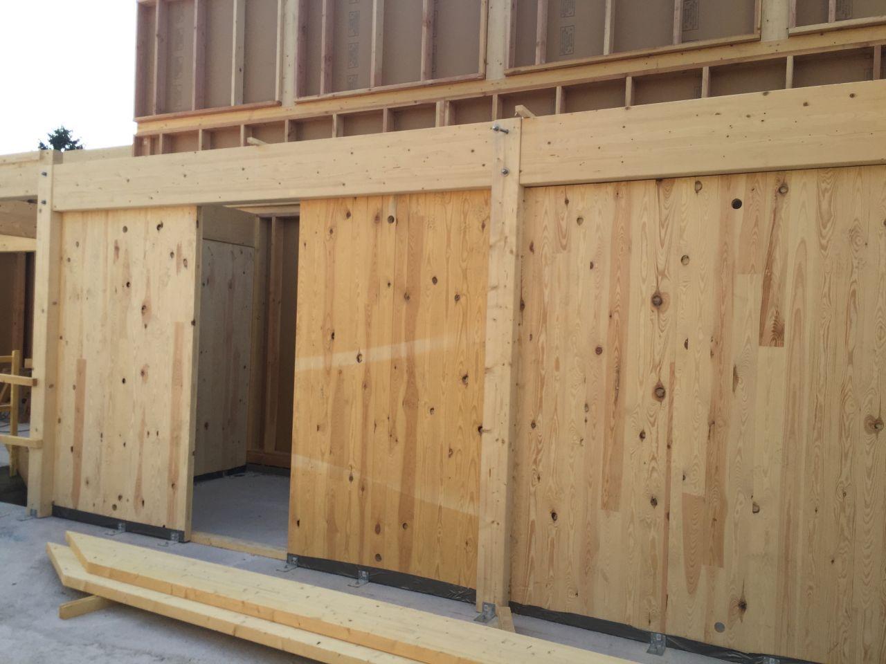 1ère pièce ! Ce mur en bois LC sert à renforcer la structure en cas de séisme (demandé par le bureau d'étude)