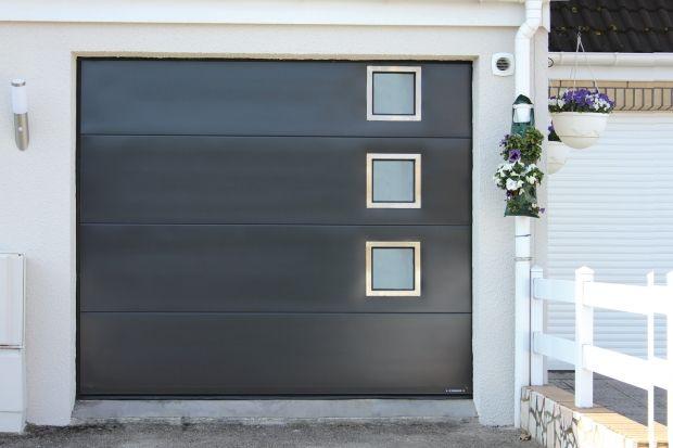 Porte de garage avec hublots et finition inox