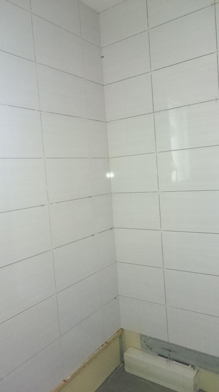 La faïence de notre salle d'eau, prune et blanche.