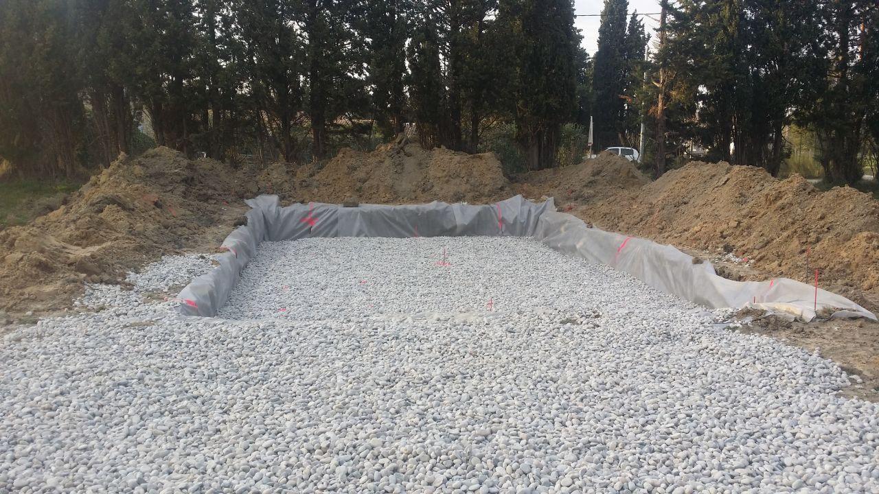 le début du radier, décaissé sur 70cm, sol refait sur 20cm avec des pierres (je n'ai pas le nom exact)
