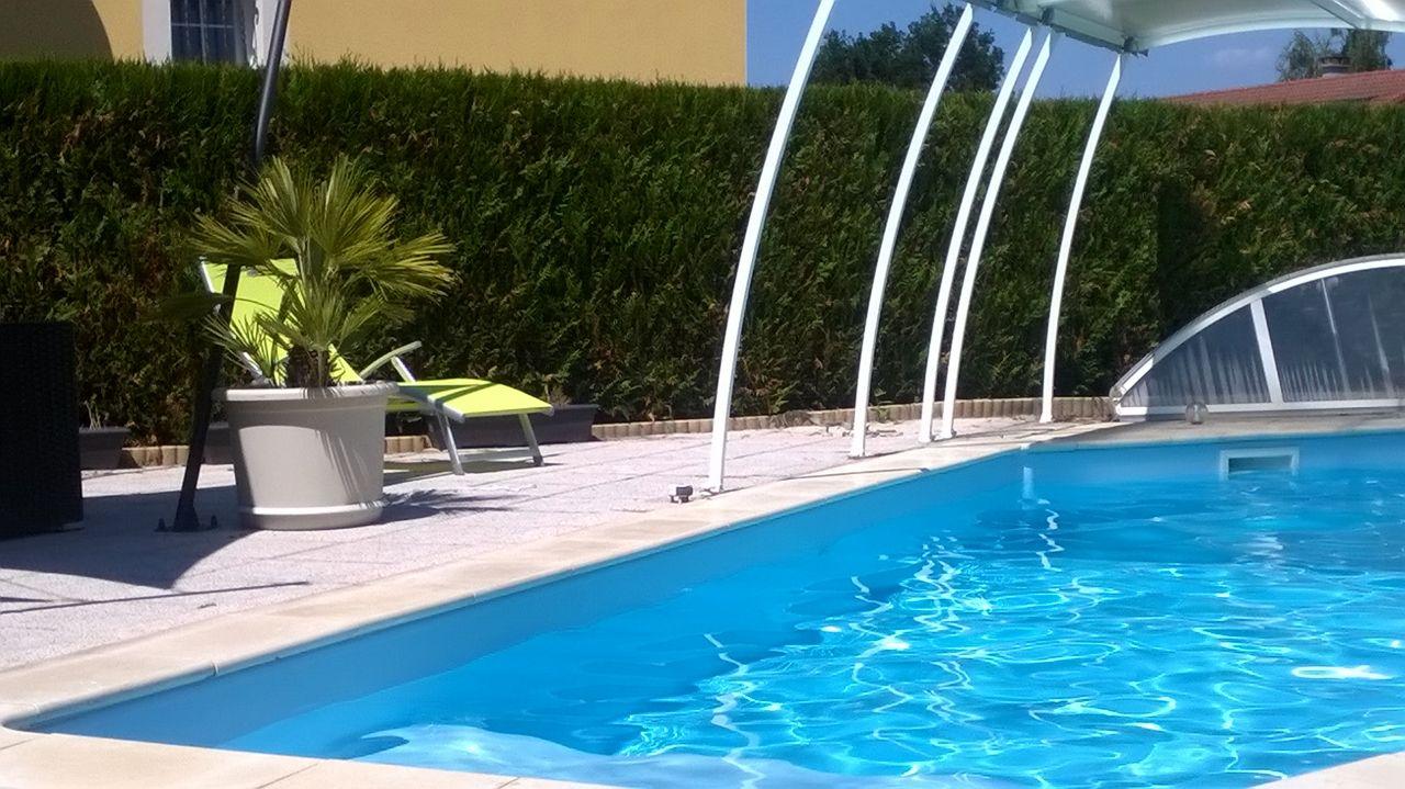 Le reve salon de jardin au bord de la piscine salle d for Reve d eau piscine