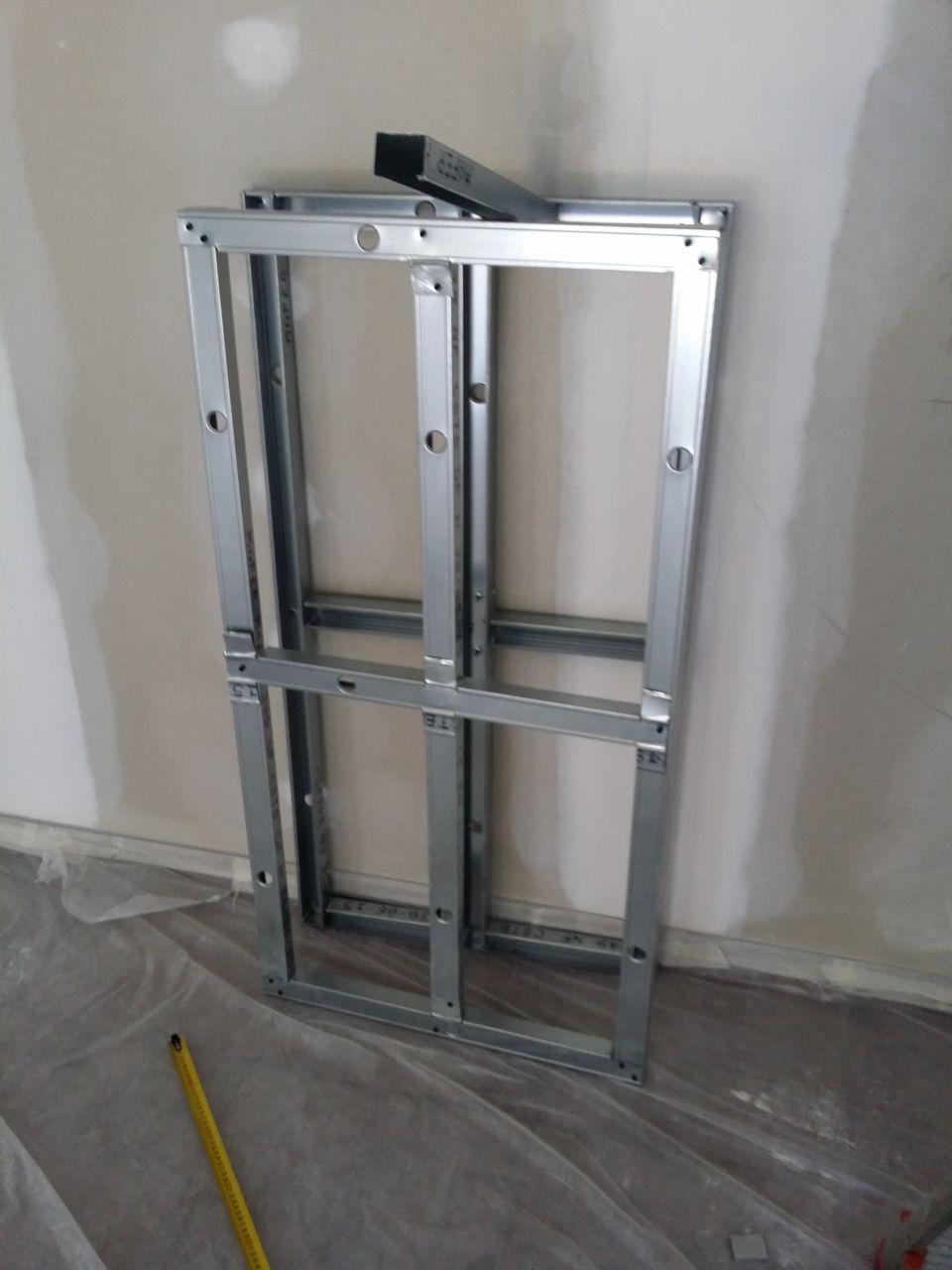 préparation du plafond suspendu qui sera au dessus de l'ilot central de la cuisine