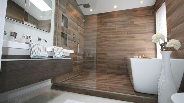 """Idée de Salle de bain que l'on a adoré, nous partirons probablement sur ce type d'implantation avec une petite marche donnant sur l'espace """"eau"""""""