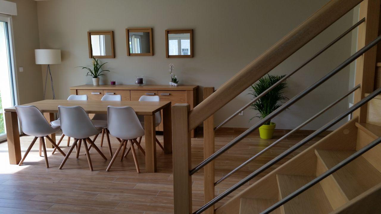 Table et bahut achetés chez CRACK en Belgique. Chaises achetées sur le site Kavehome