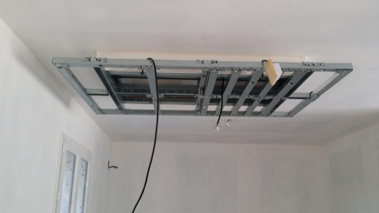 Le plafond suspendu de la cuisine toujours en cours
