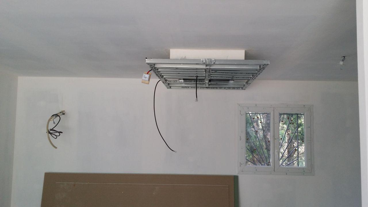 Photo le plafond suspendu de la cuisine toujours en cours for Plafond suspendu cuisine