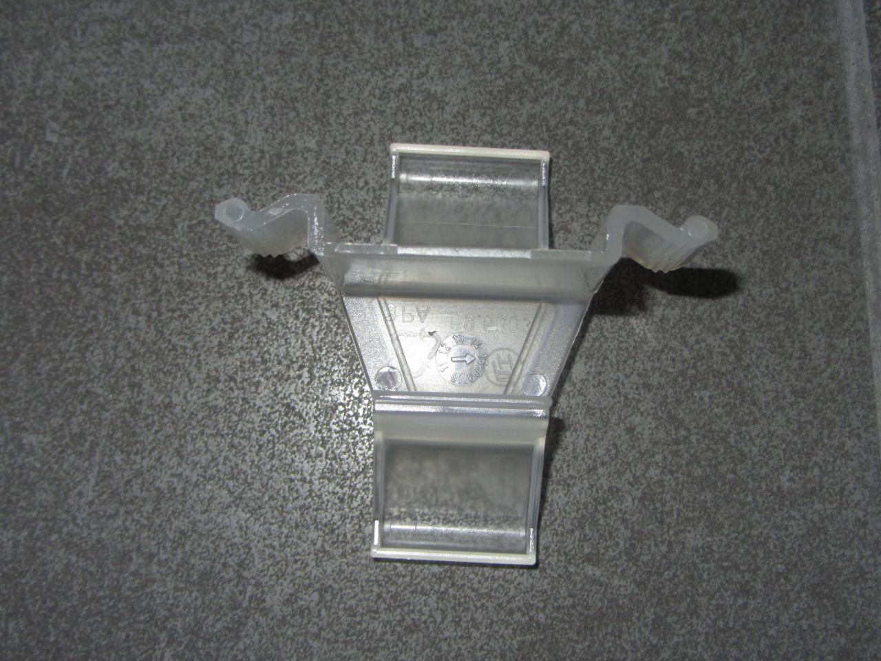 Clips de fixation plinthes de cuisine h cker comment for Montage plinthe cuisine