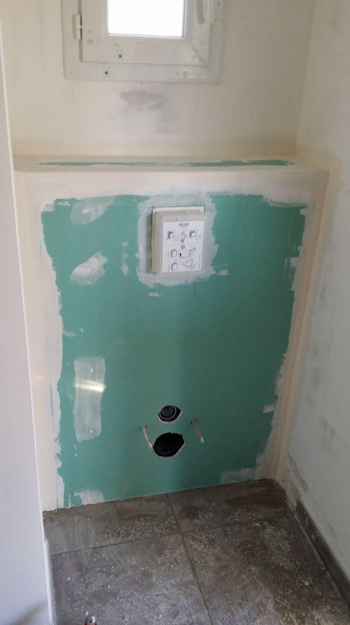 La pose des wc suspendu du rdc. <br /> Marque Grohe pour le bâti et la chasse et Jacob Delafon pour les wc.