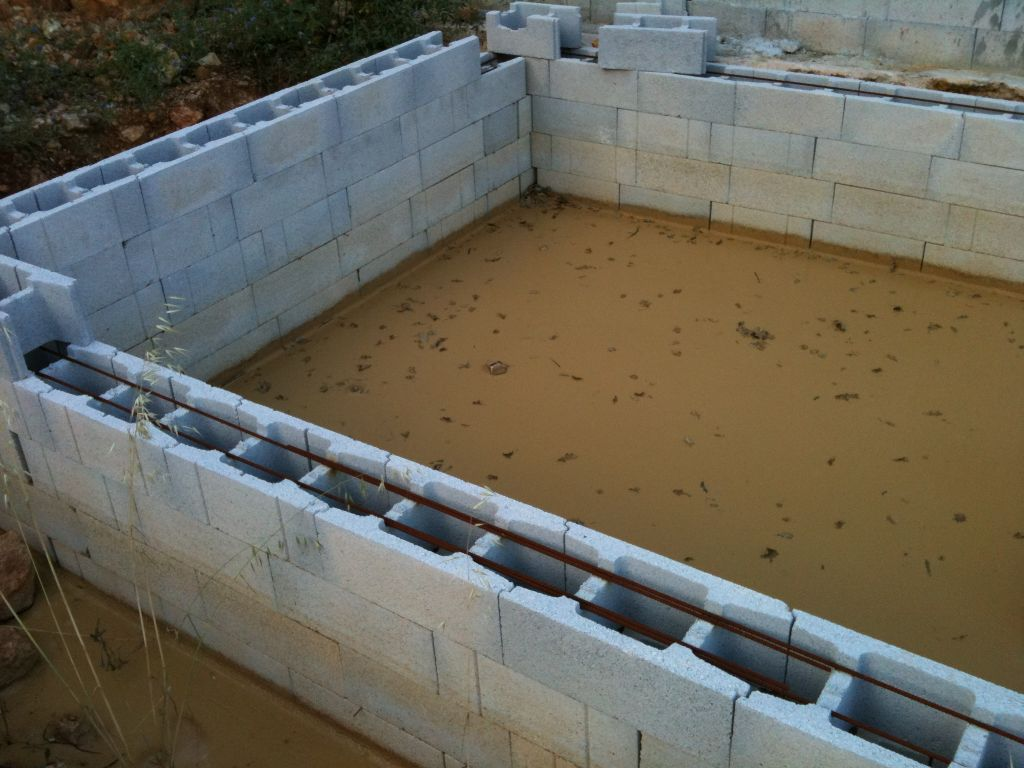 Terre et boue au fond bloc bancher avant coulage for Agglo a bancher piscine