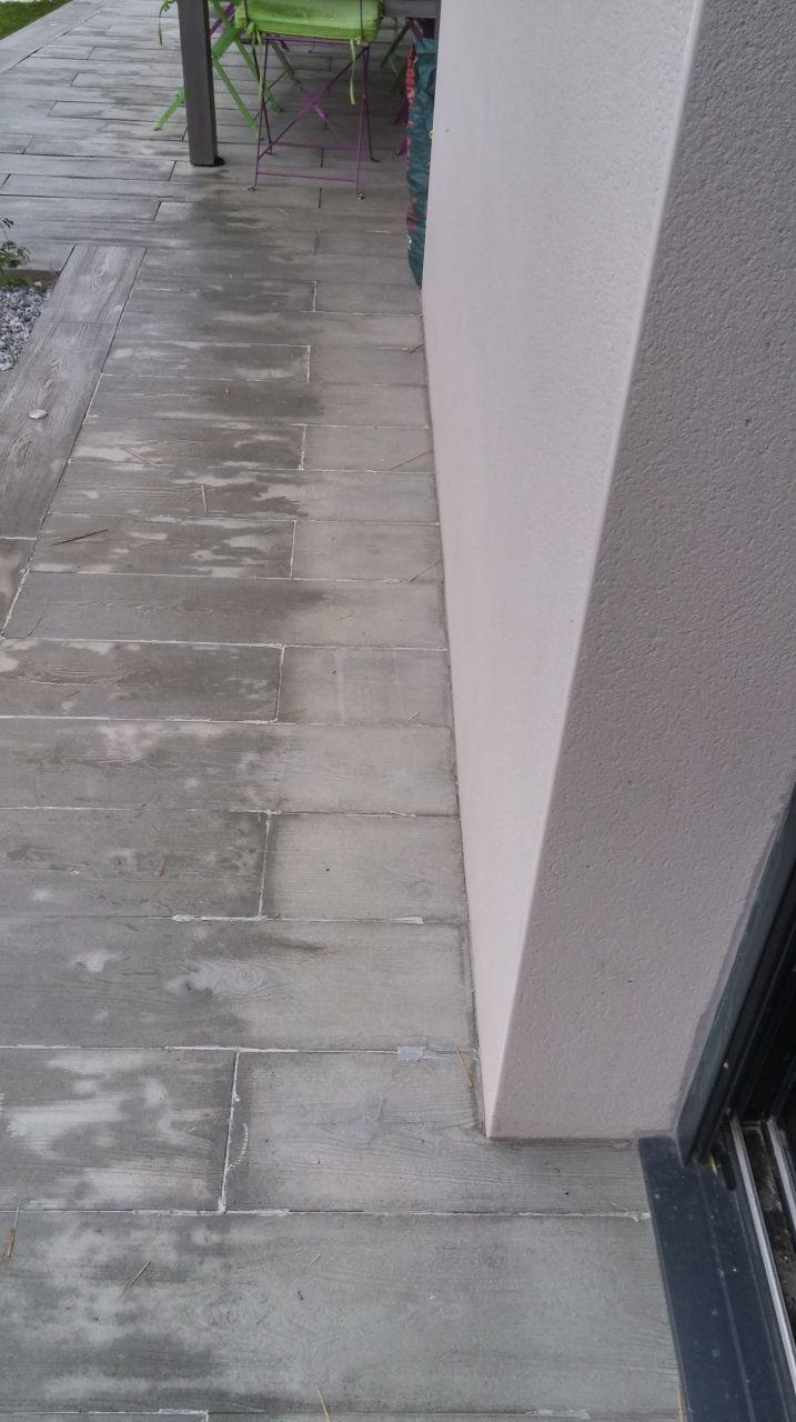 poser les joints au niveau du carrelage et impermeabiliser la terrasse et la facade
