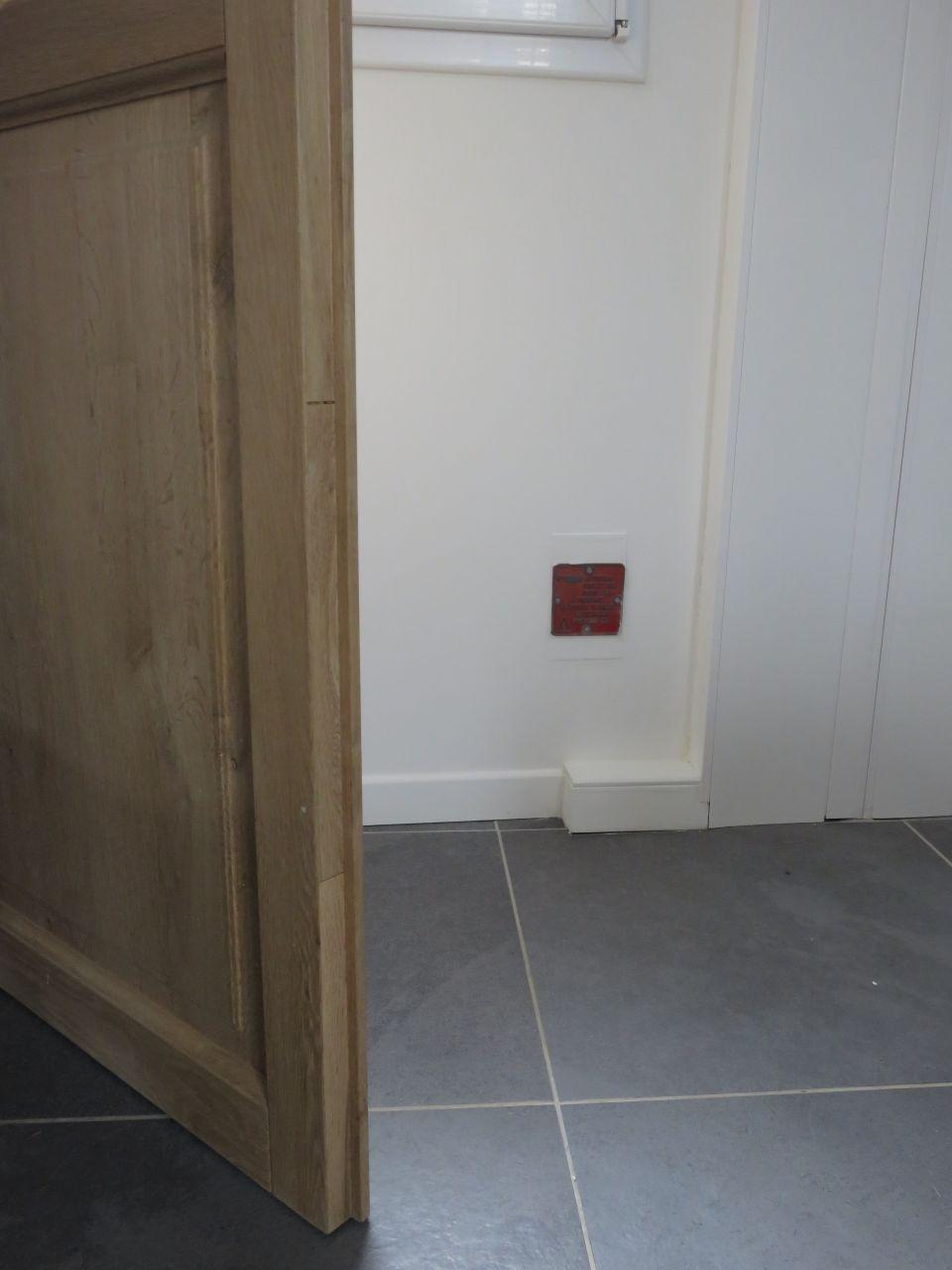 photo comment cacher la prise de terre mais trouver une astuce pour savoir ou elle est. Black Bedroom Furniture Sets. Home Design Ideas
