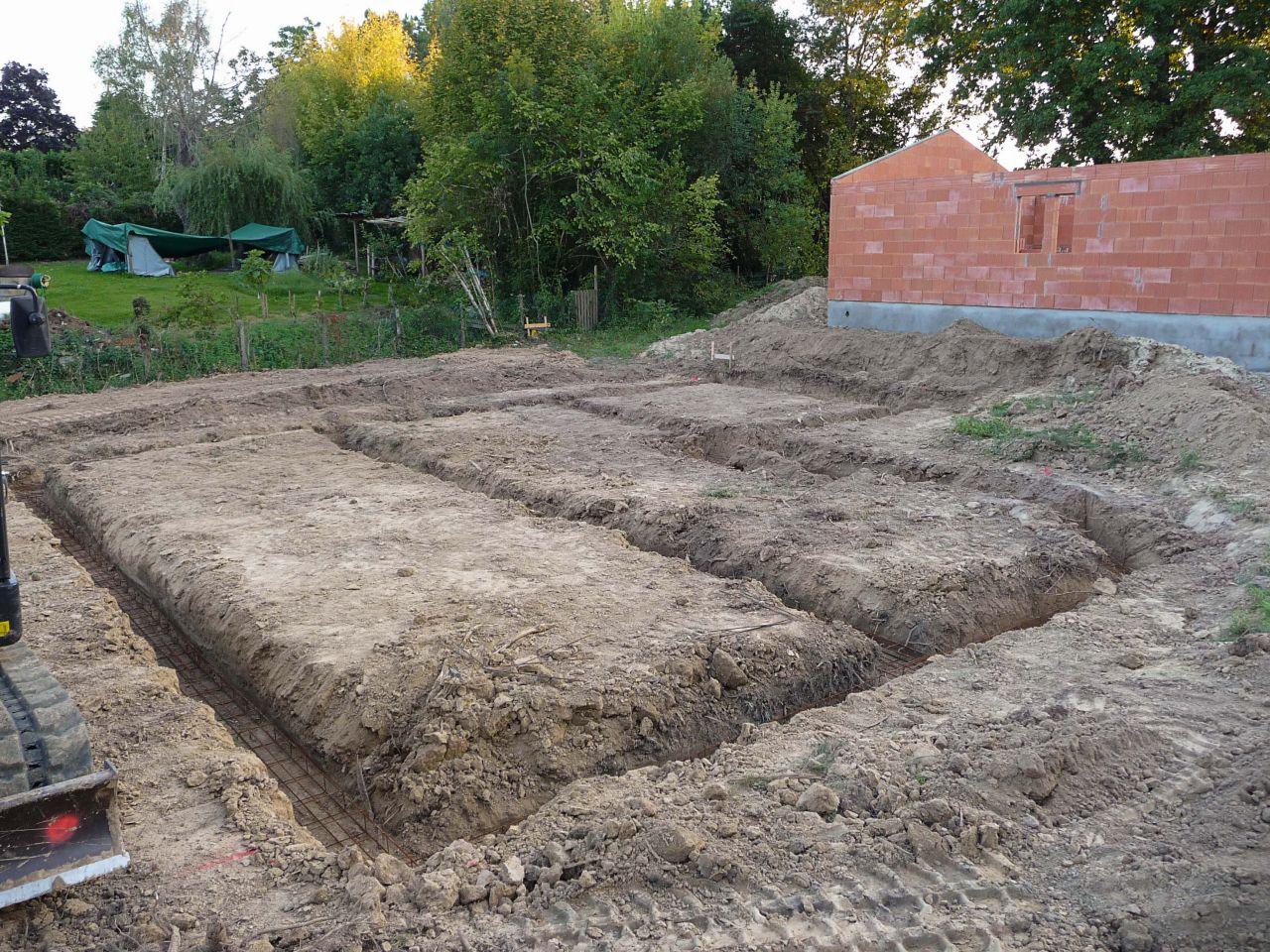 Creusement des fondations, le conducteur de la pelleteuse est pro, il a réparti proprement les terres d'extraction