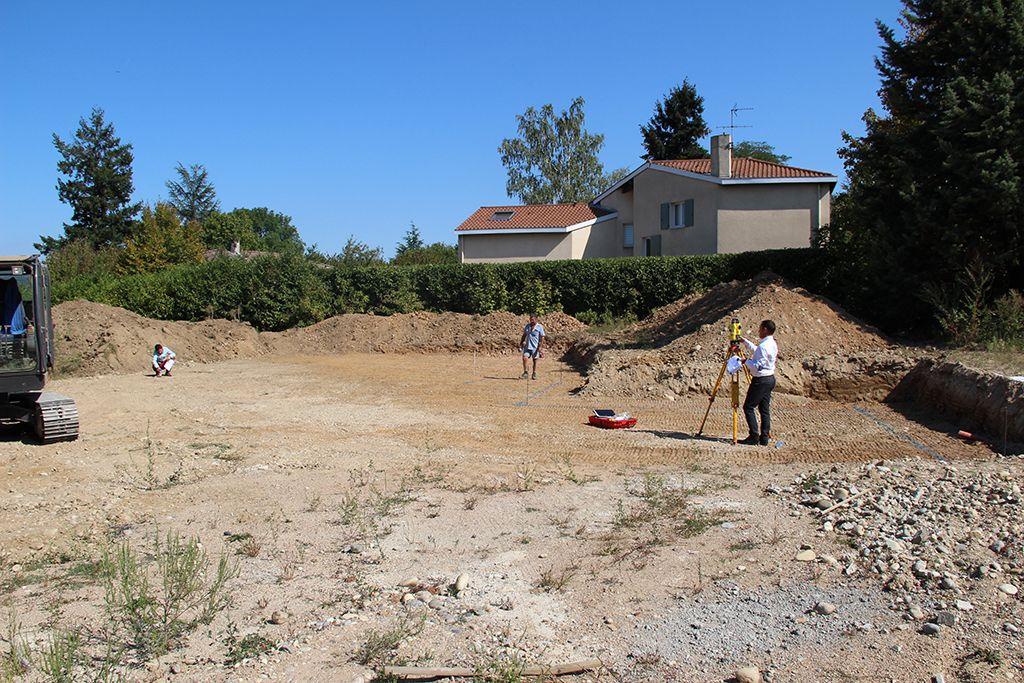 Fin de la 1ère étape du terrassement, emplacement de la maison en cours