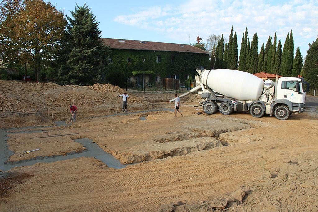 Coulage du béton dans les fondations, 5 toupies en tout !