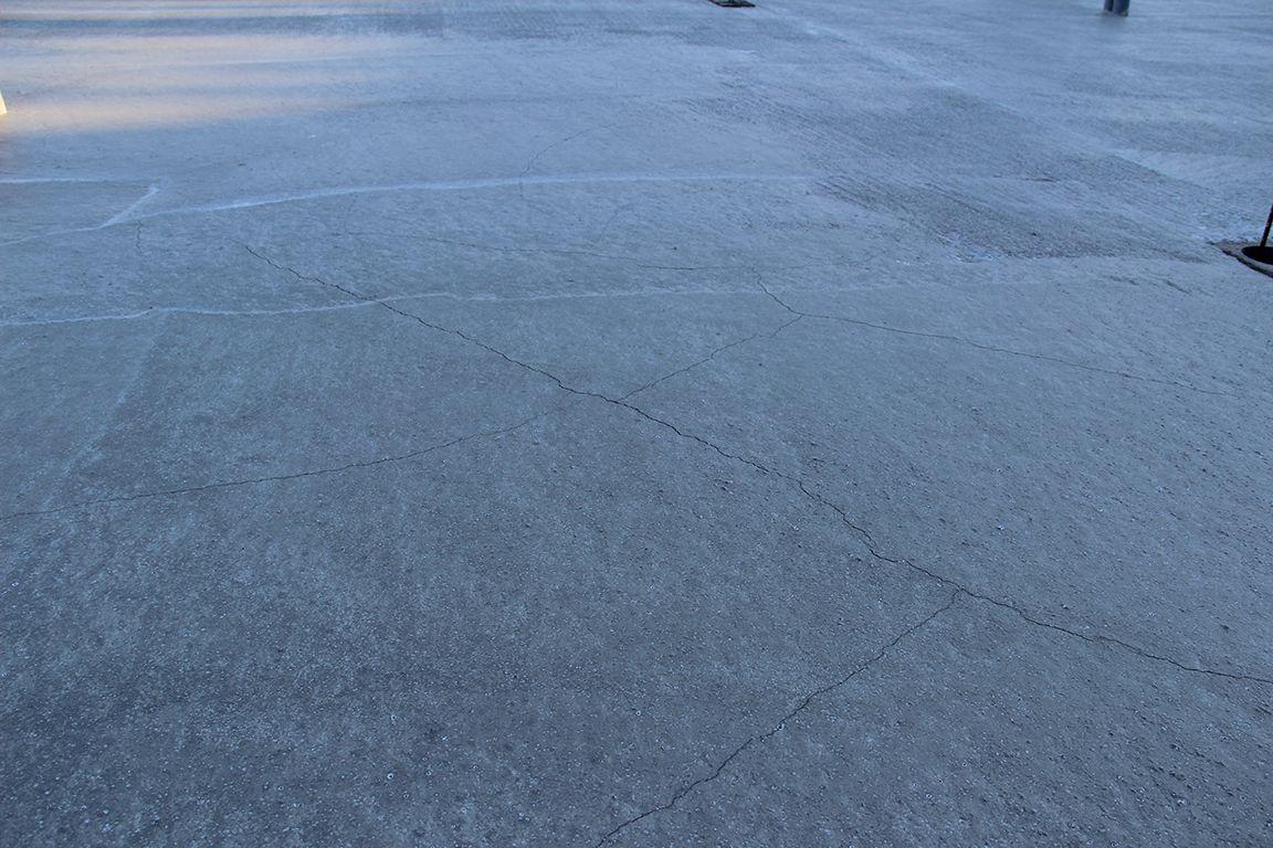 Après 24h, quelques fissures de retrait visibles sur la dalle, malgré l'ajout d'un produit lors du coulage de la dalle et une température clémente (plutôt douce)... La magie du béton !