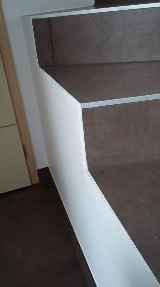 Rattraper finition escalier carrelage for Decoller papier peint rapidement