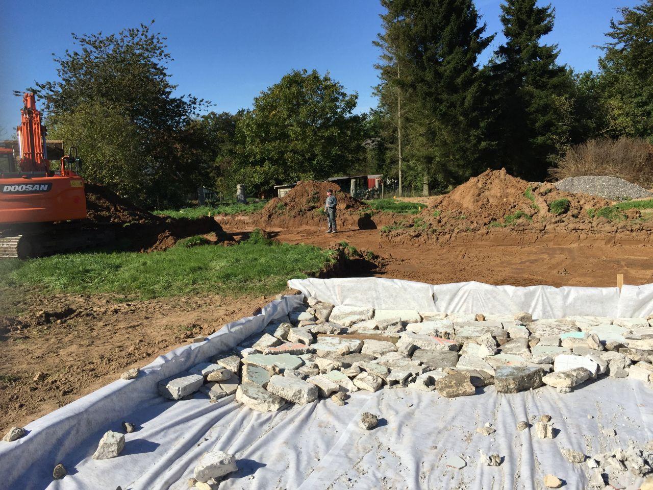 Est venu creuser la maison cet après midi beaucoup de terre il faudra sûrement en évacuer affaire à suivre le chemin est toujours en cours