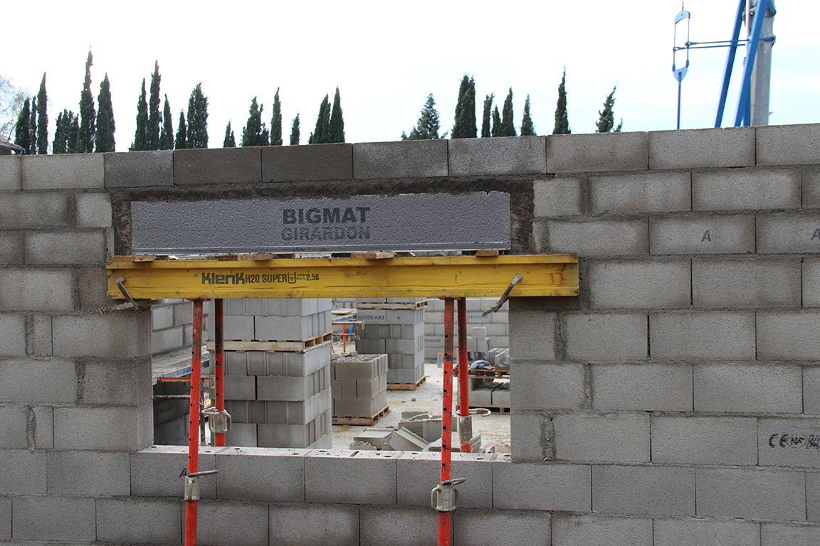 Installation du coffre tunnel du volet roulant du salon, coffrage et coulage des linteaux sur coffre tunnel