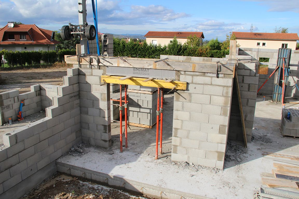 Installation du coffre tunnel du volet roulant de la cuisine, coffrage et coulage des linteaux sur coffre tunnel