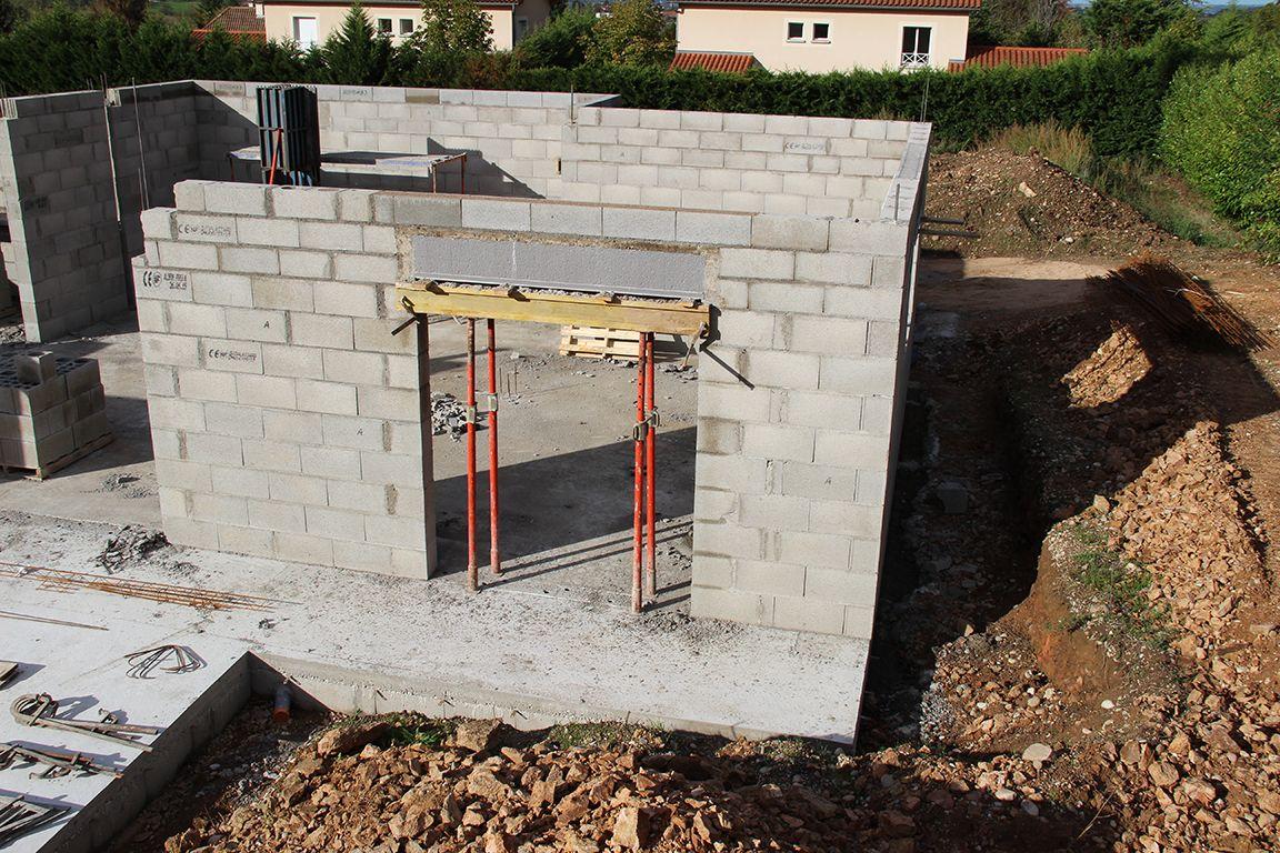 Installation du coffre tunnel du volet roulant du salon côté terrasse, coffrage et coulage des linteaux sur coffre tunnel