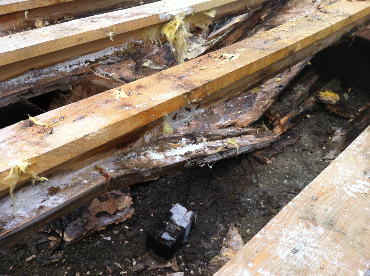 L'état du plancher bois après l'enlèvement de la chape et du chauffage par le sol.
