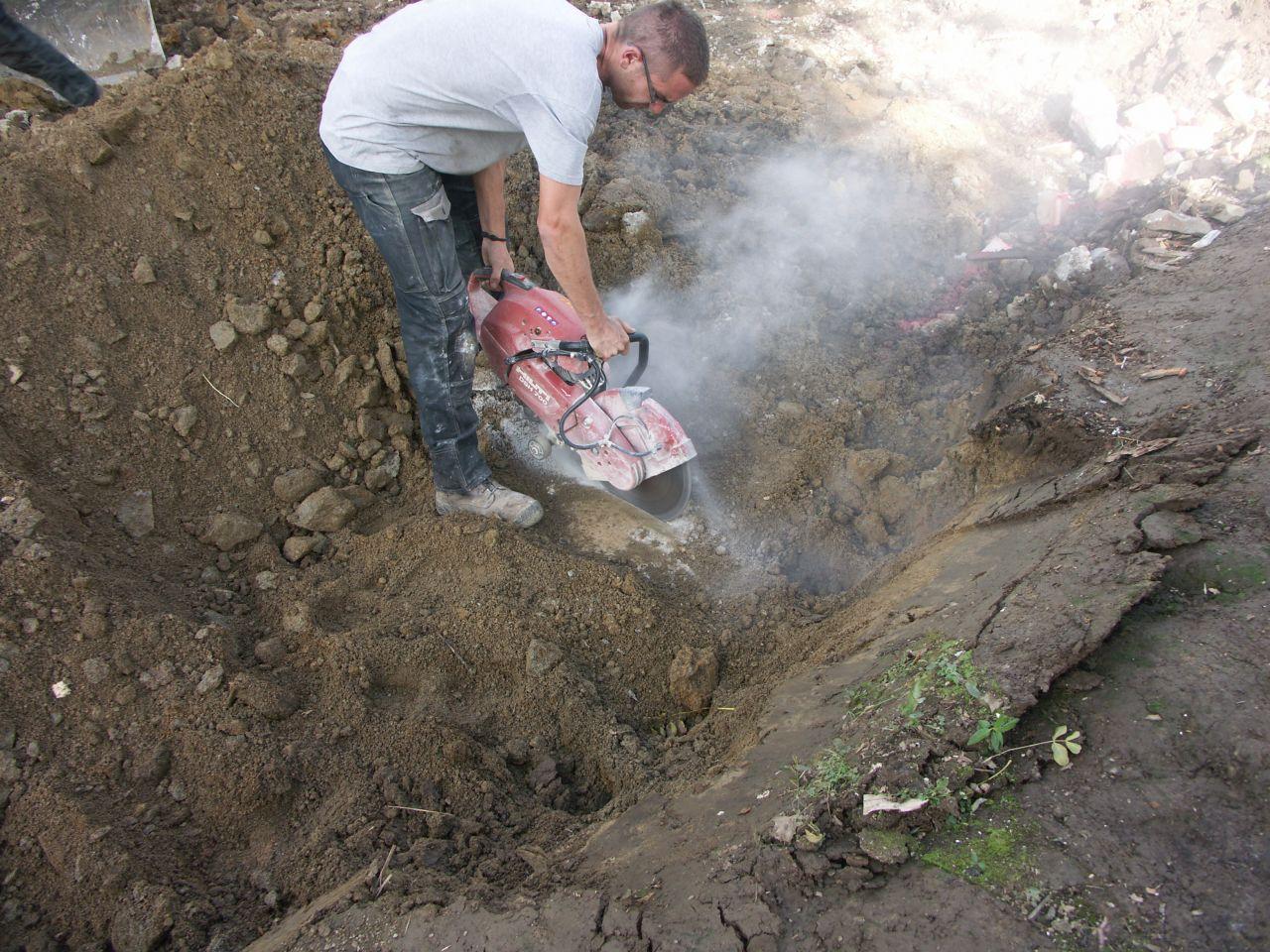 Pour extraire les morceaux de fouilles, pas d'autre solution que de découper au disque diamant...