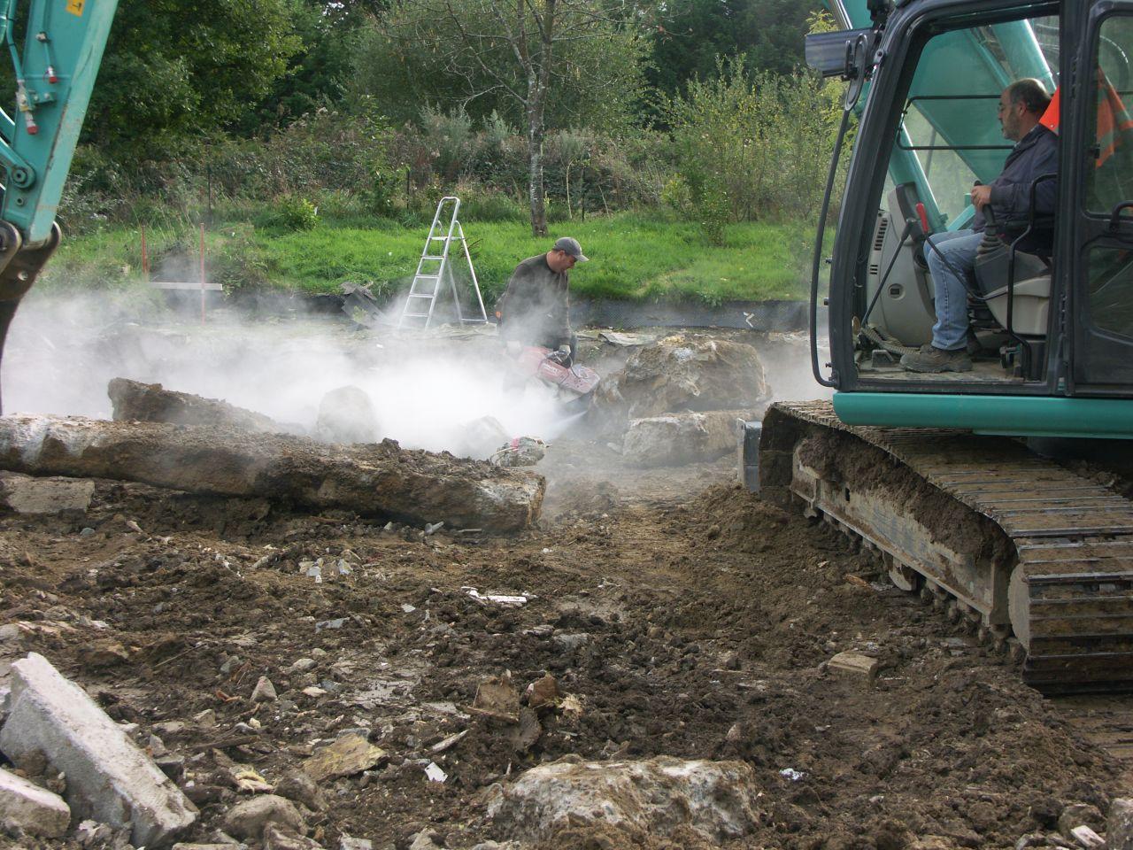 Extraction des blocs de béton constituant les fouilles.