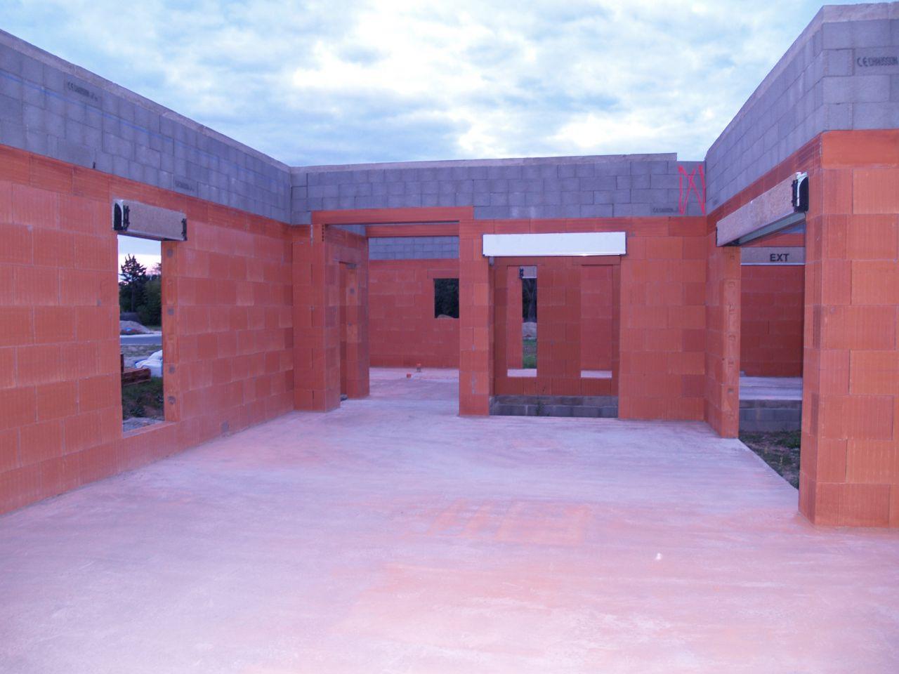 Le séjour côté salon et patio