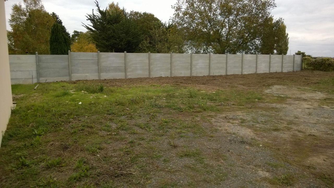 Le mur Est fraîchement posé par le futur ex-propriétaire du terrain.