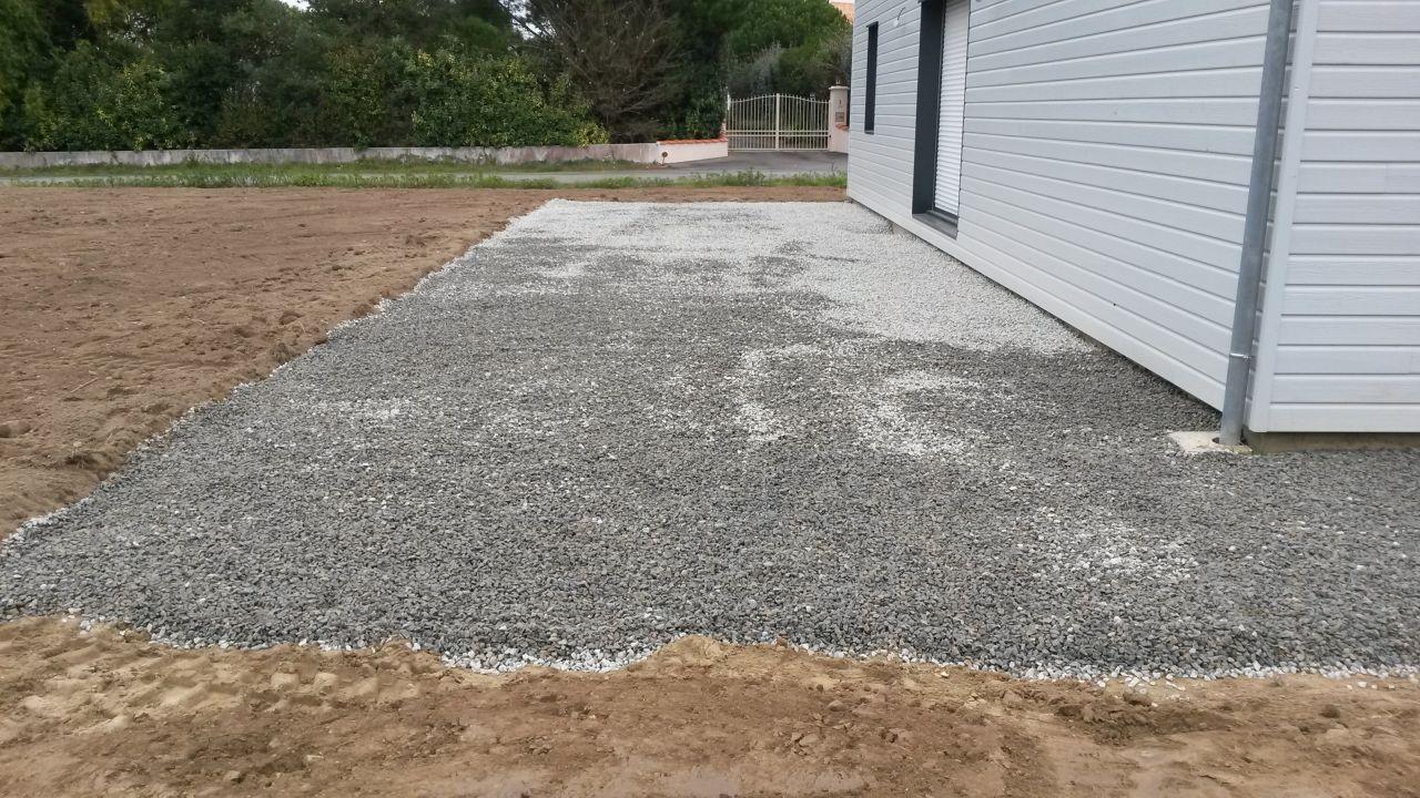 lit de gravier avec géotextile pour la future terasse avec terre végétalle autour