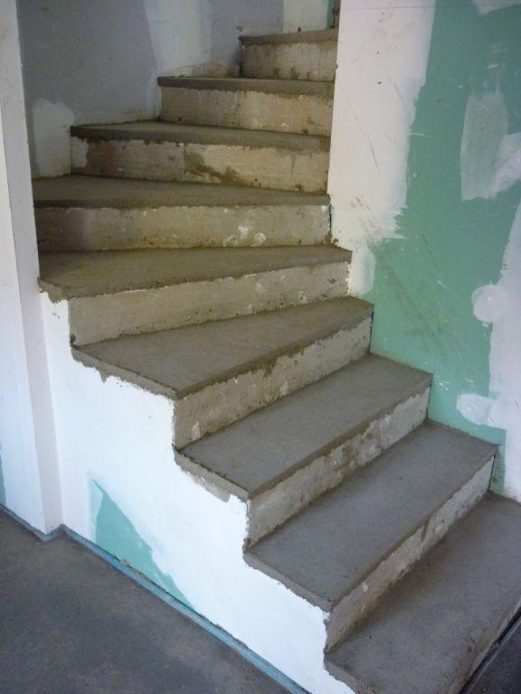 L'escalier qui monte du sous-sol au RDC