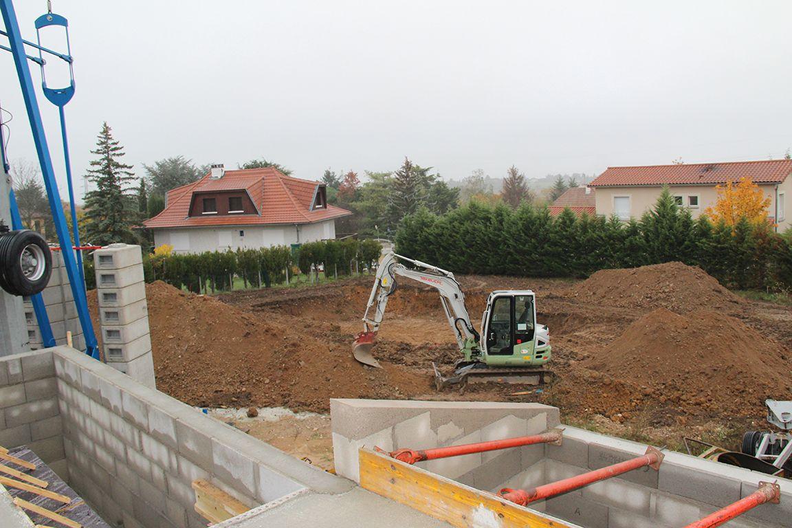 Ah, le voisin va commencer sa construction... Terrassement en cours (profond !)