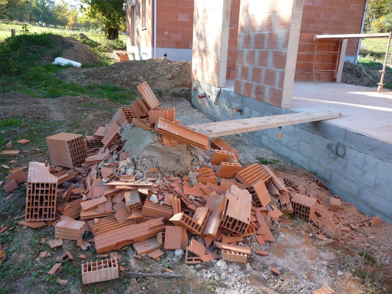 Tas de mortier et débris de briques qui seront à évacuer car pas du tout prévus à cet endroit