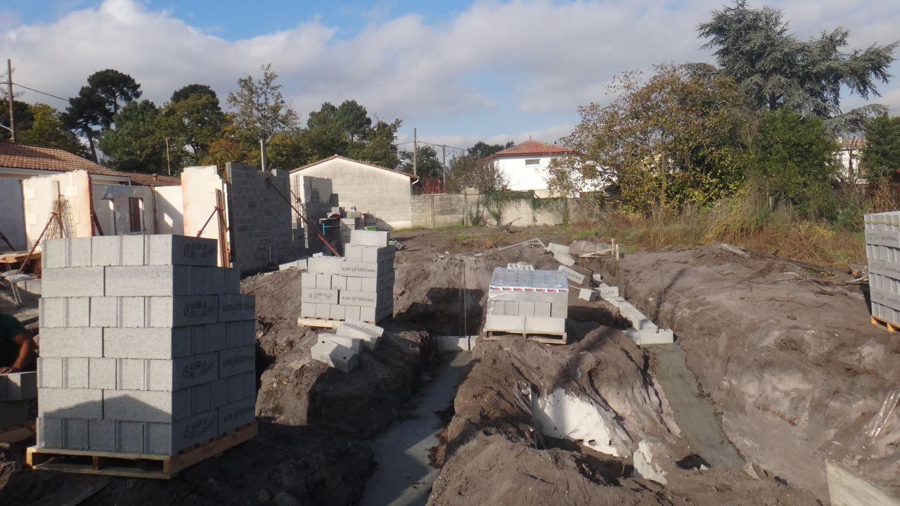 Pose des parpaings des fondations sont creusées au 3ieme jour