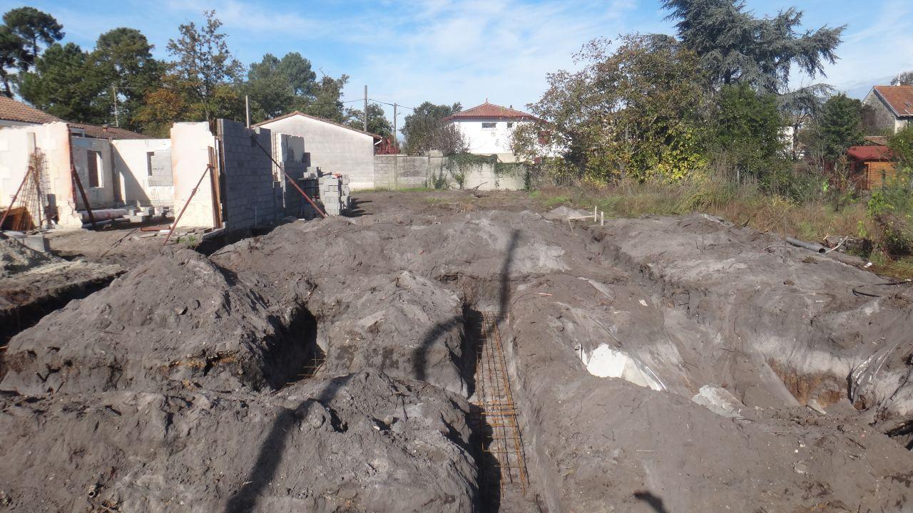 Les tranchées des fondations sont creusées au 2ieme jour