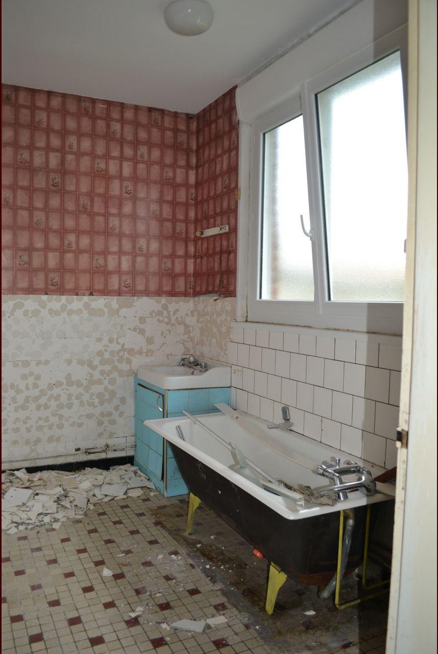 démolition de la faïence dans la salle de bain, demontage de la baignoire et lavabo