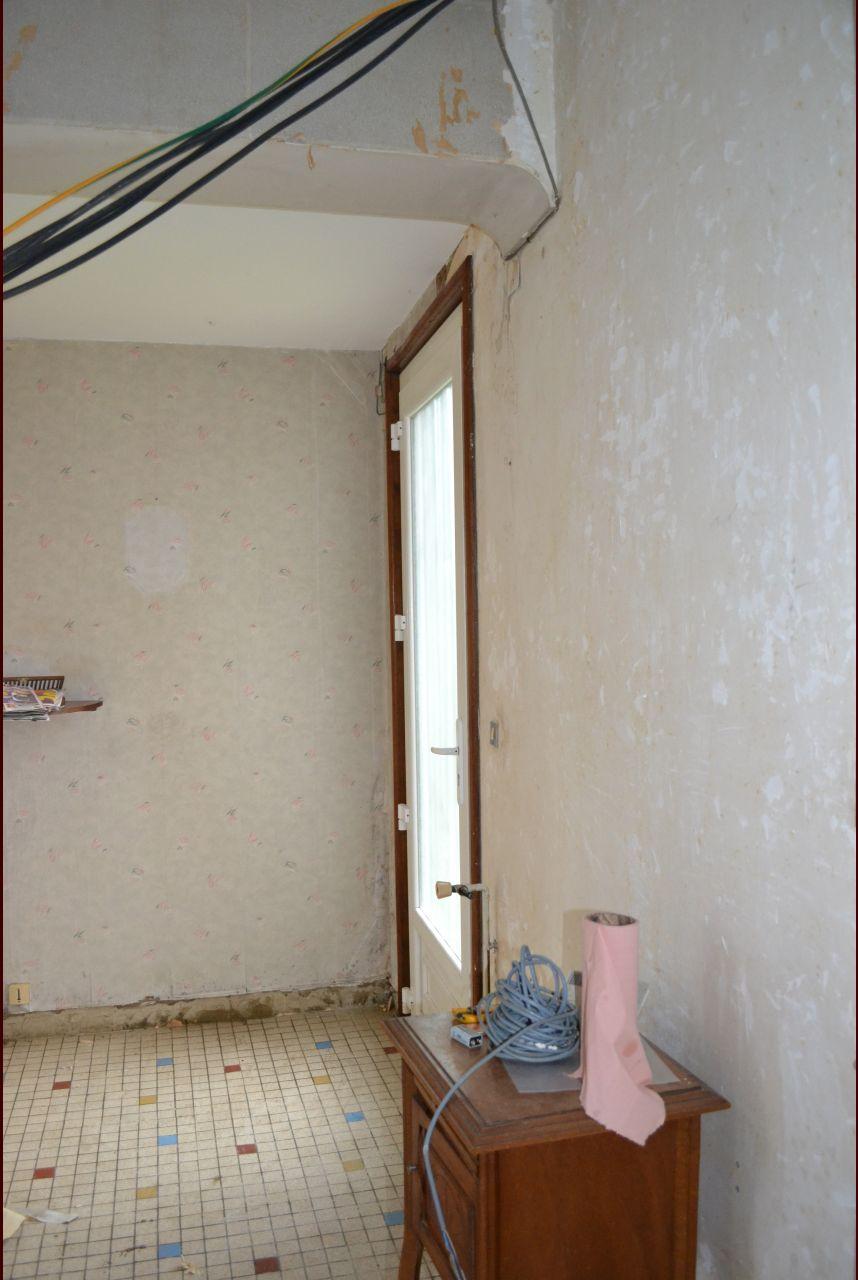 dé-tapissage de l'entrée, pas moins de 4 couches de papier peint ...