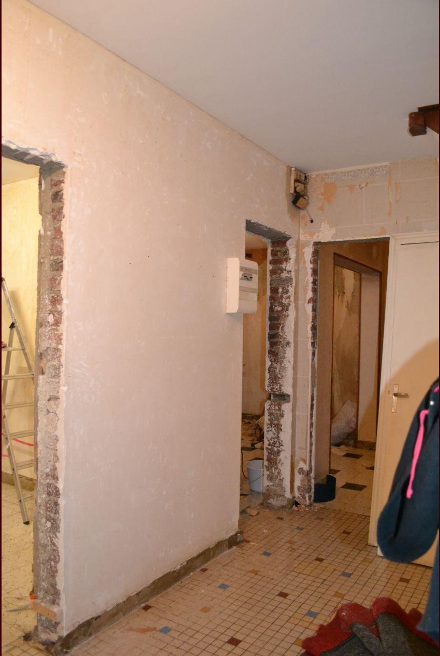 démontage des bâtis de porte a gauche pour la futur verrière et au fond avant destruction.