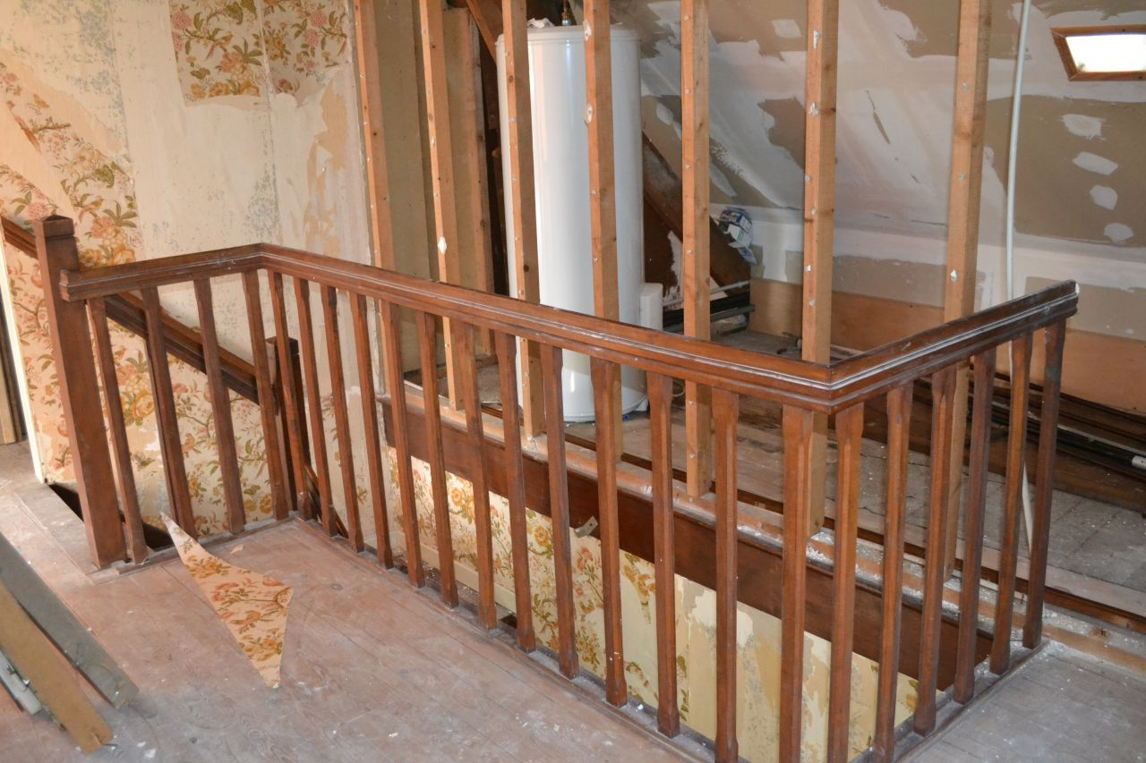 dé-tapissage de la montée d'escalier, démolition de la cloison de l'ancien grenier, pour agrandir la mezzanine