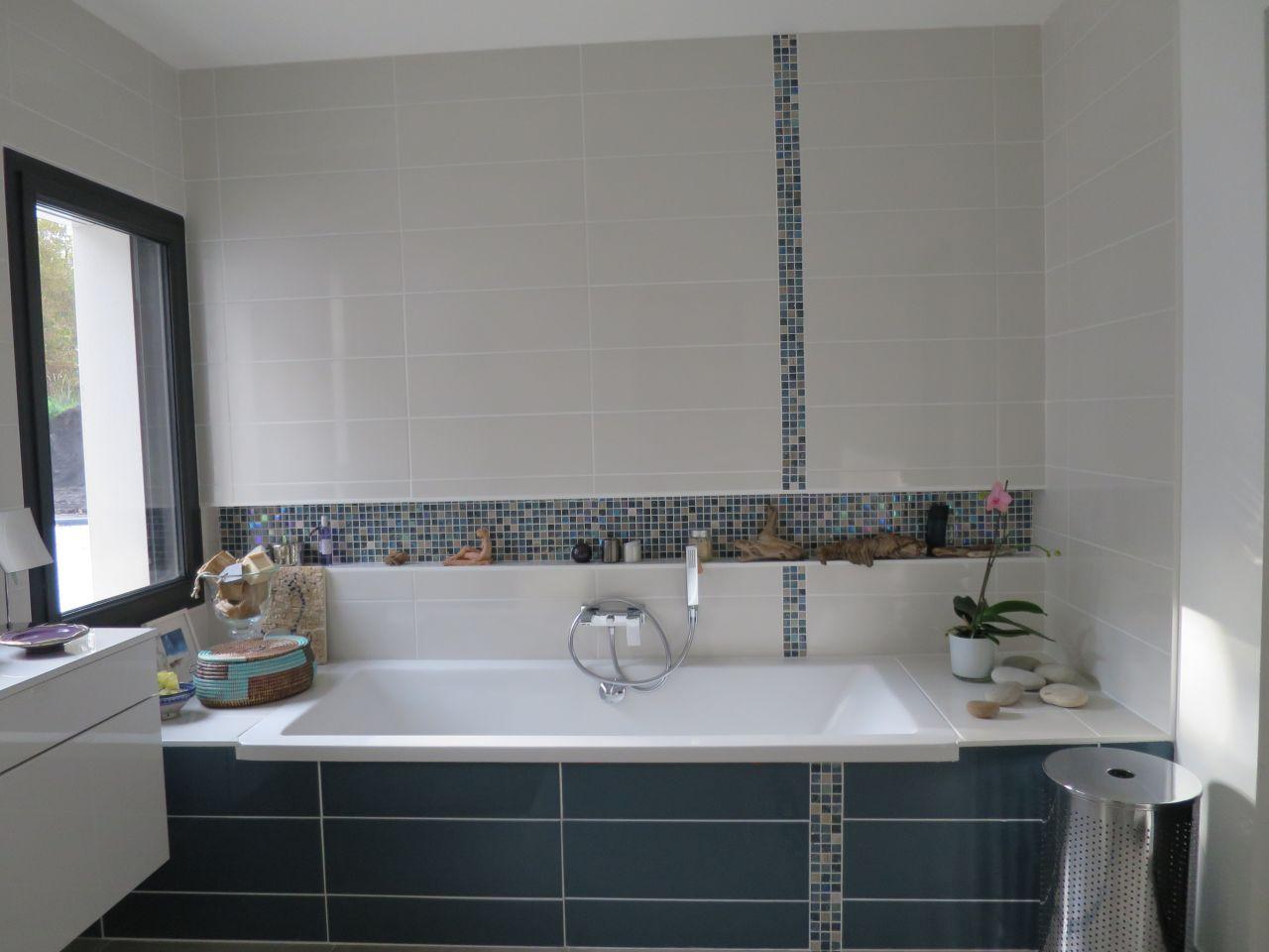 frise au sol et au mur dans l'espace bain