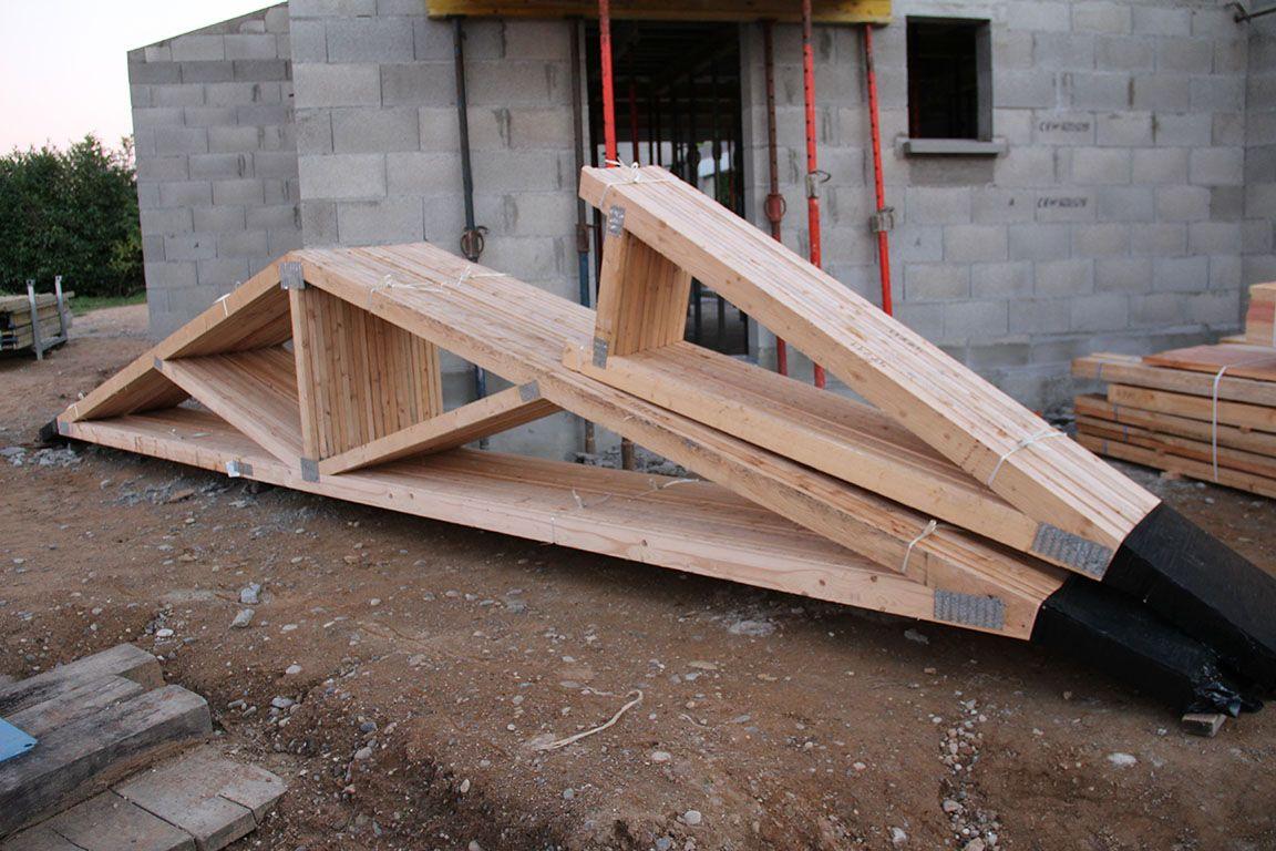 Livraison de la charpente industrielle (étage et partie de la chambre parentale) et des éléments de la charpente traditionnelle (salon et garage)