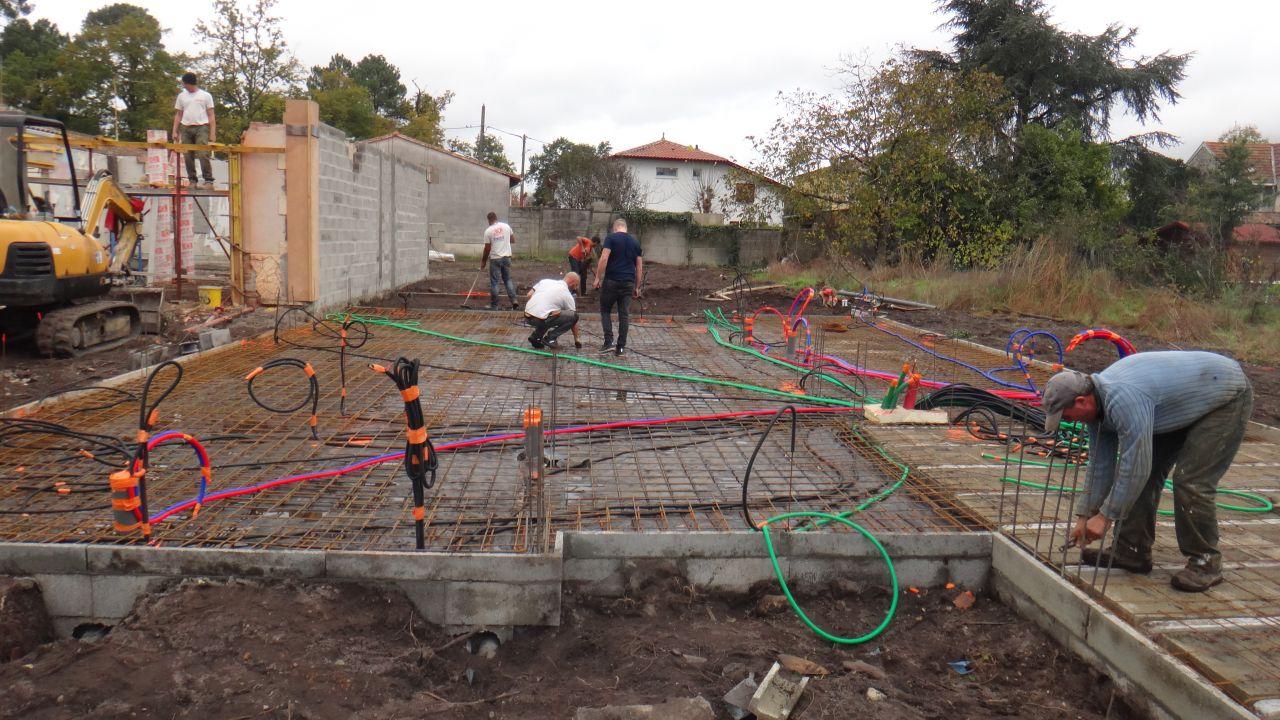 Passage des gaines d'alimentation en eau et electricité avant coulage de la dalle