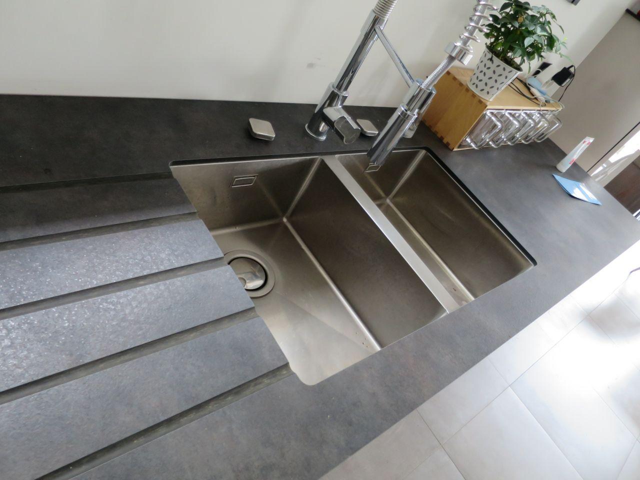 Gros plan sur la cuisine breuillet charente maritime - Evier moule dans plan de travail ...