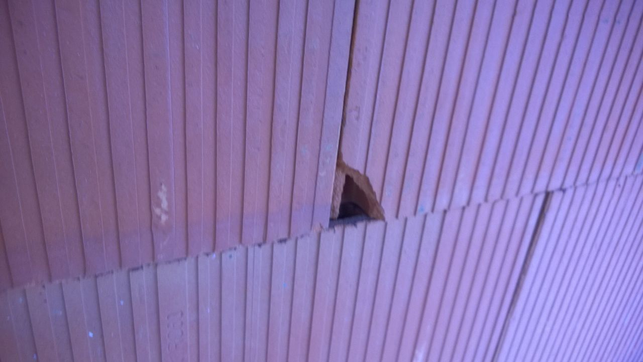 Brique abimée sur façade intérieure mais sans aucune gêne
