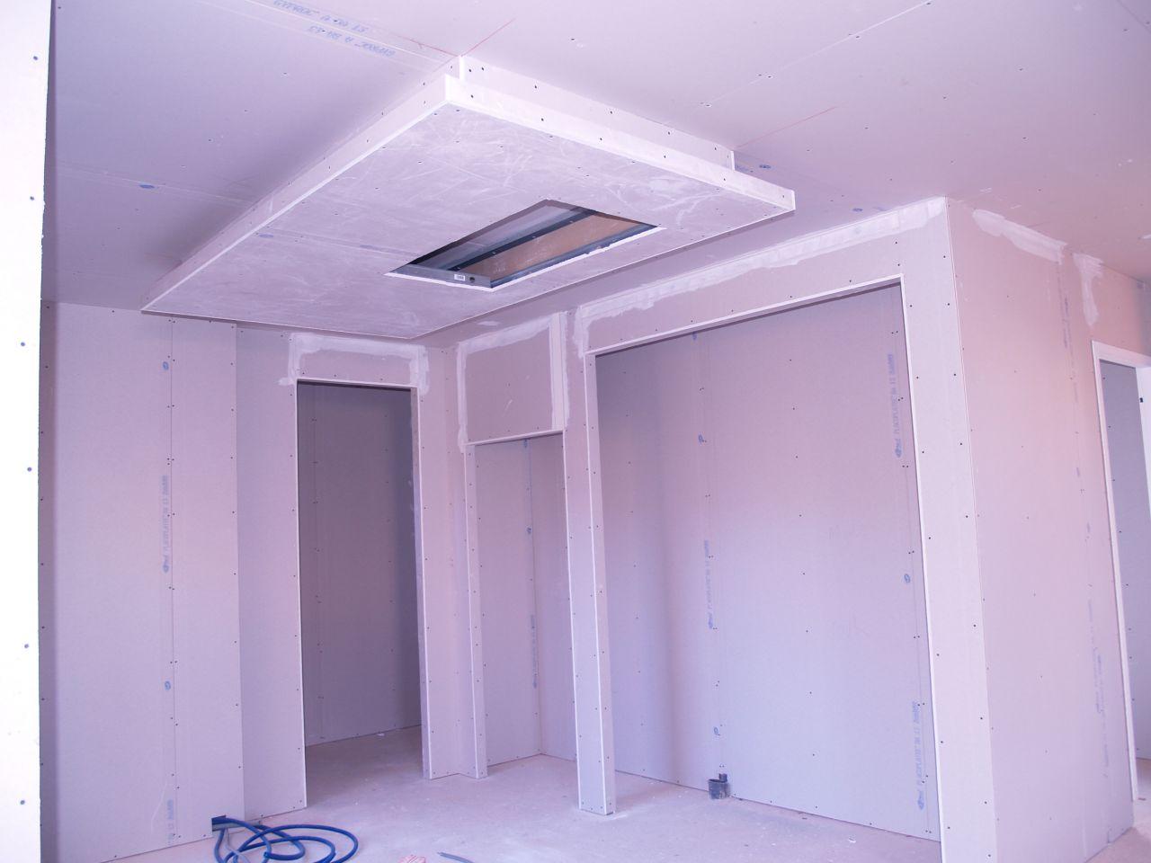 Détail du faux plafond au dessus de l'ilot central