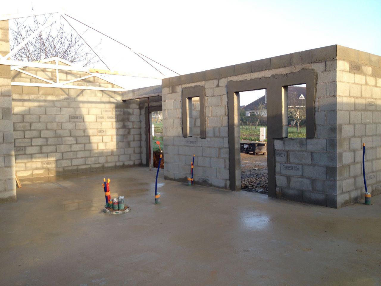de gauche à droite: garage, fenêtre cellier, porte entrée et fenêtre entrée