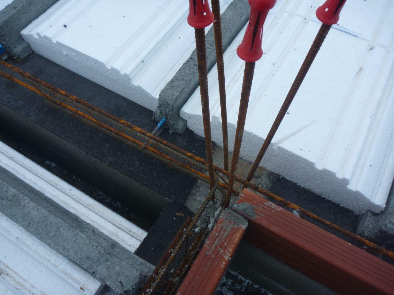 La maçonnerie du vide sanitaire est terminée. Exemple de chainage d'angle. On note aussi sur cette photo le feutre bitumée sur les parpaings du vide-sanitaire (pour empêcher les remontés d'humidité)