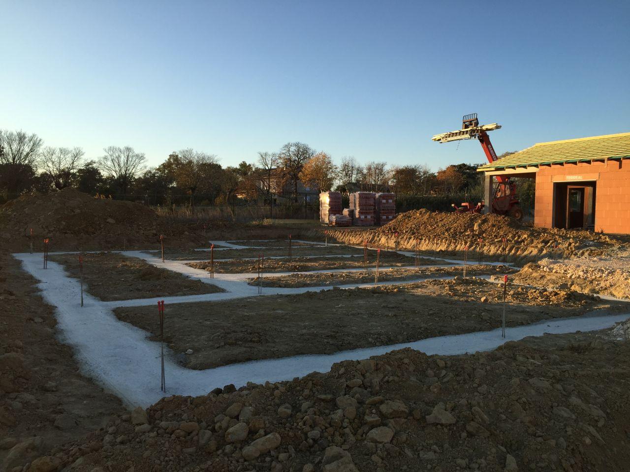 Ca y est, les fondations sont coulées. Nous pouvons enfin nous rendre compte de ce que sera notre futur chez nous. <br /> Photo prise coté rue. A premier plan, le garage et tout au fond, la suite parentale.
