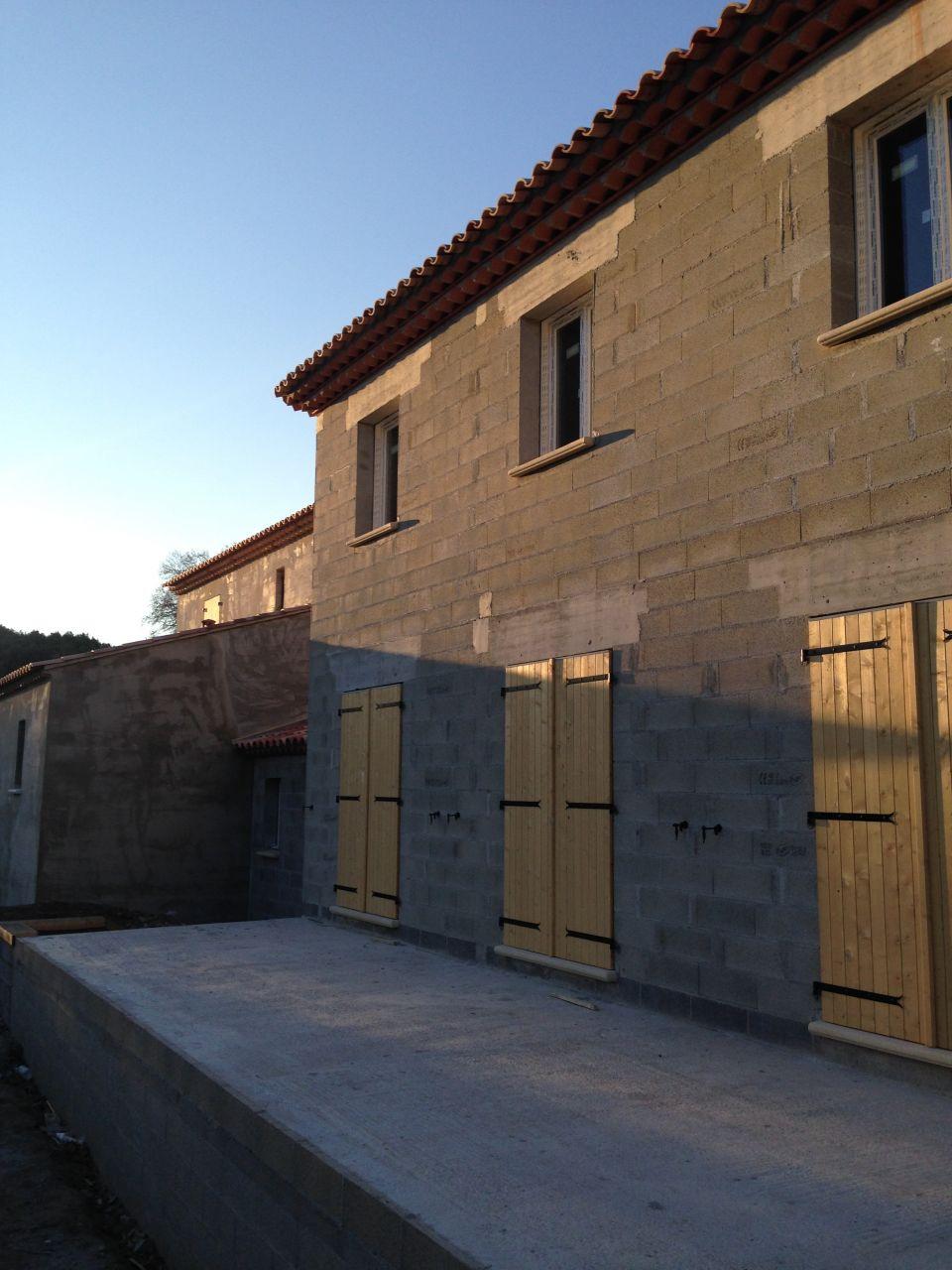 façade sur pose des menuiseries et volets provençales 47 mm d'épaisseurs plus protection en zinc sur le haut des volets